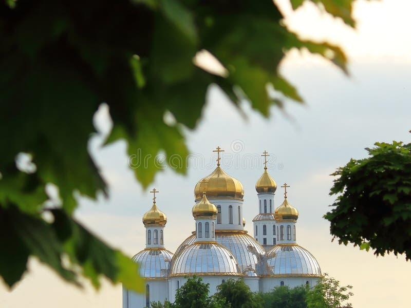 Templo de la iglesia en la ciudad un inusual foto de archivo libre de regalías