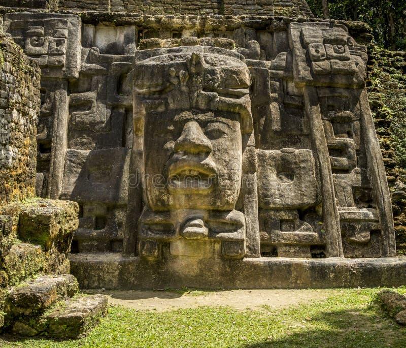 Templo de la máscara, ruinas de Lamanai imagen de archivo