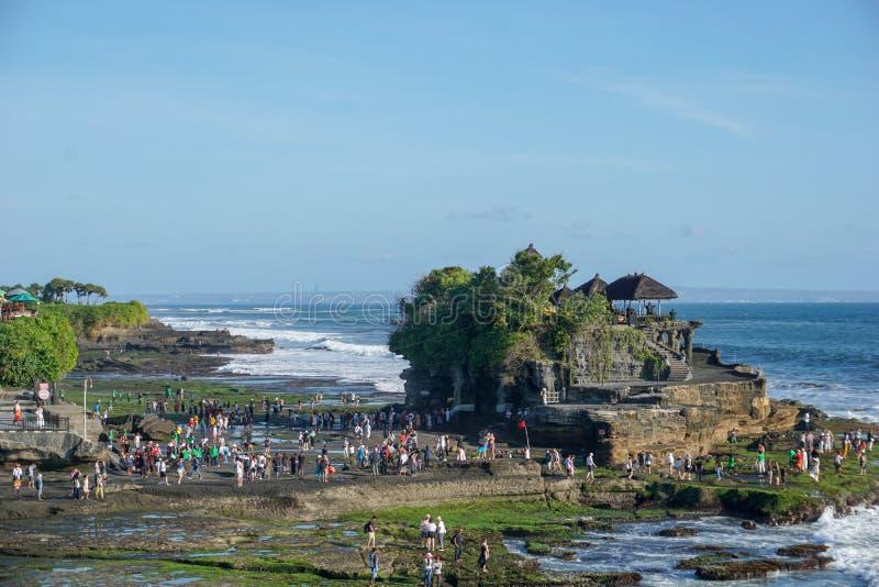 Templo de la porción de Tanah con la gente y los turistas del balinese que esperan puesta del sol en la isla de Bali, Indonesia imágenes de archivo libres de regalías