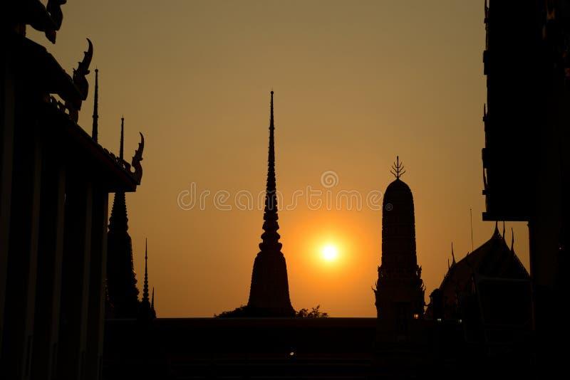 Templo de la puesta del sol de Siluate Wat Pho, Bangkok en Tailandia fotografía de archivo