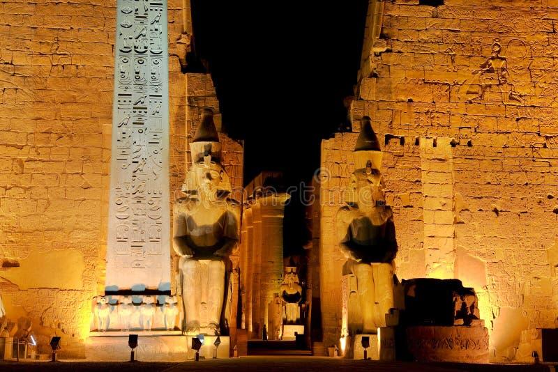 Templo de Luxor em a noite imagem de stock royalty free