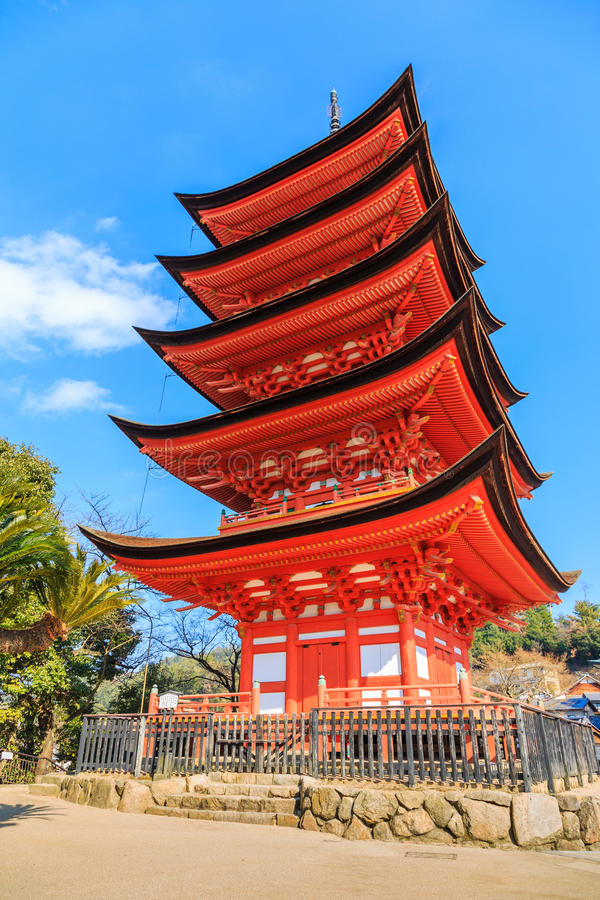 Templo de madeira japonês antigo com céu azul imagem de stock