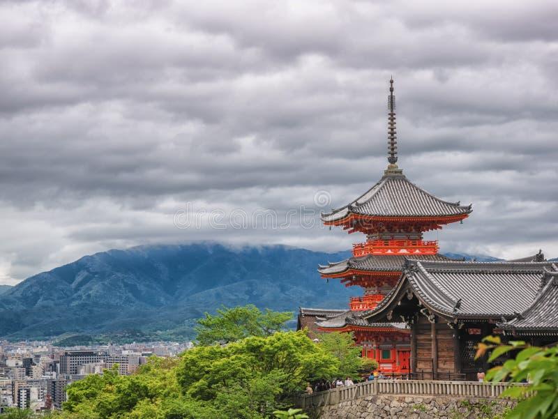 Templo de madera antiguo con colores del follaje de la primavera en la monta?a de Arashiyama, Kyoto, Jap?n fotos de archivo