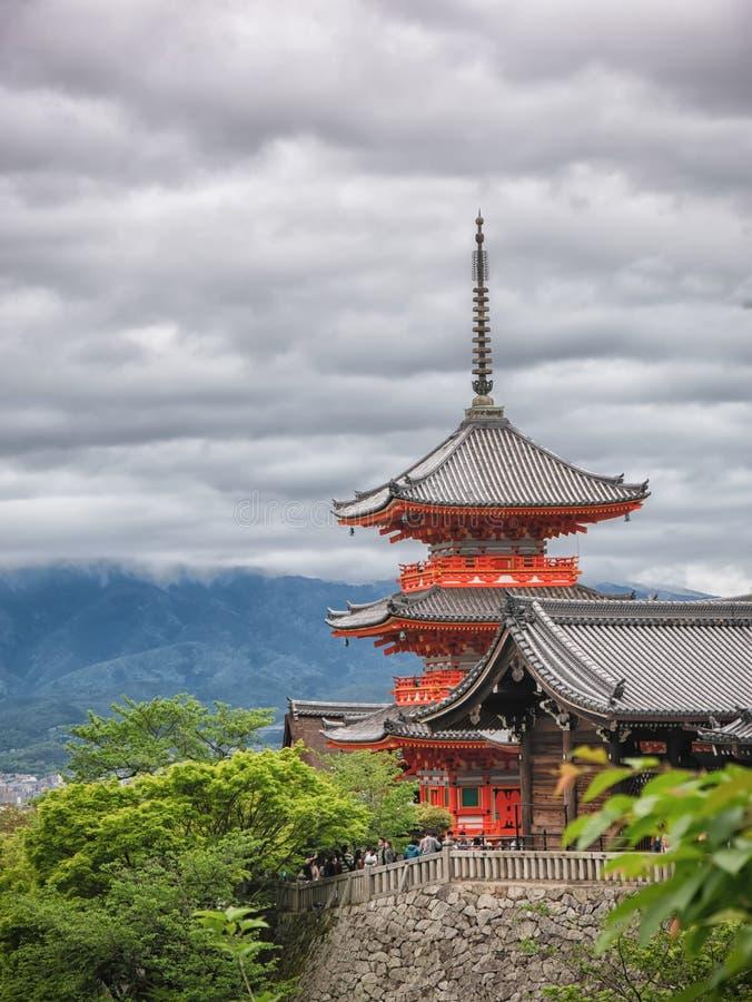 Templo de madera antiguo con colores del follaje de la primavera en la monta?a de Arashiyama, Kyoto, Jap?n foto de archivo