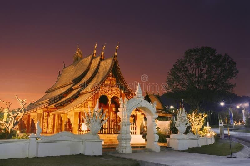 Templo de madera de Laos en puesta del sol imagenes de archivo