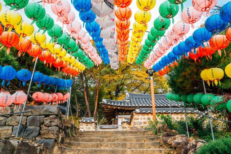 Templo de Magoksa con las linternas coloridas en Gongju, Corea imagenes de archivo