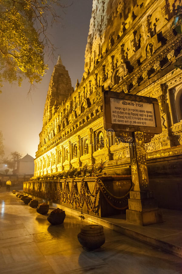 Templo de Mahabodhi na iluminação da noite foto de stock