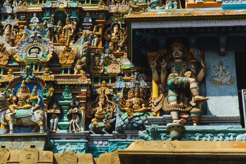 Templo de Meenakshi sculptured pintado em cores diferentes da saturação exterior imagem de stock