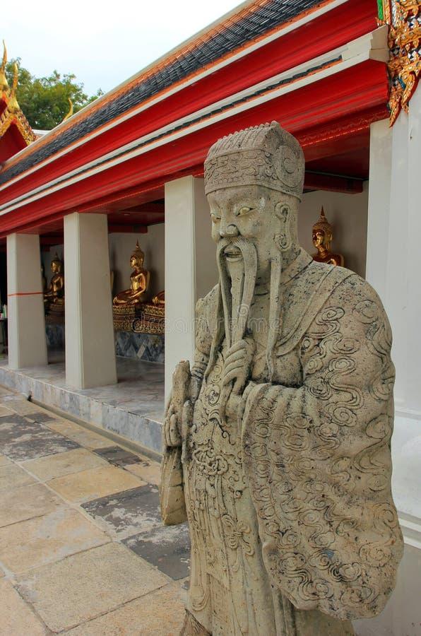 Templo de mentira de Wat Pho Buda en Bangkok, Tailandia - detalles fotografía de archivo