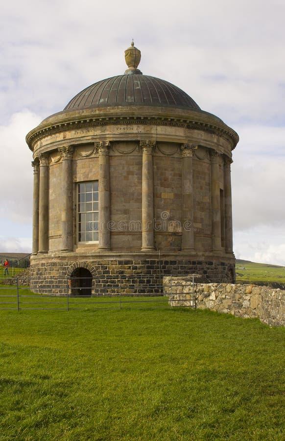 Templo de Mussenden situado en la heredad en declive en el condado Londonderry en la costa del norte de Irlanda fotografía de archivo