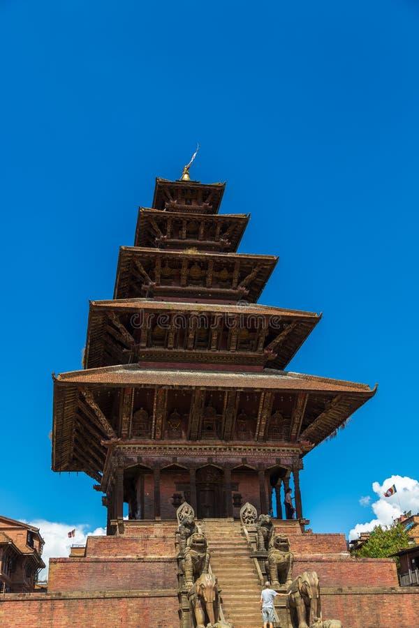 Templo de Nyatapola, animais míticos nas escadas foto de stock royalty free