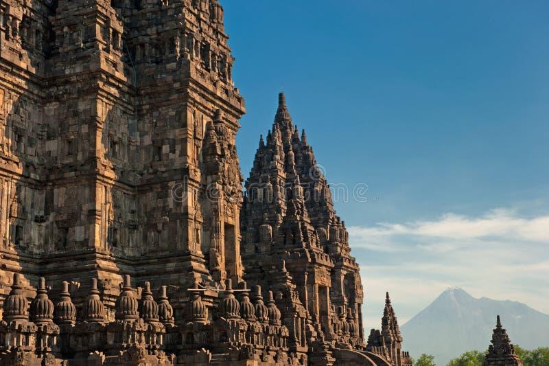 Templo de Prambanan con el volcán de Merapi, Indonesia imágenes de archivo libres de regalías