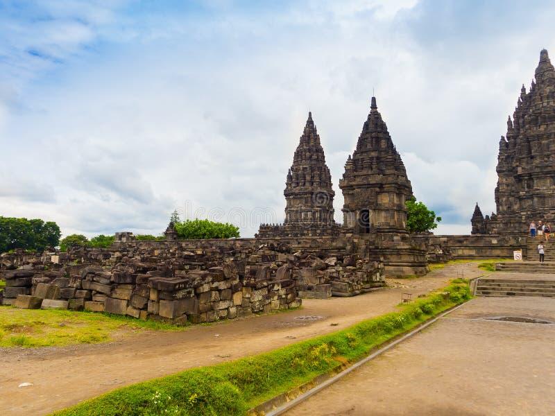 Templo de Prambanan perto de Yogyakarta na ilha Indonésia de Java - fundo do curso e da arquitetura fotos de stock royalty free
