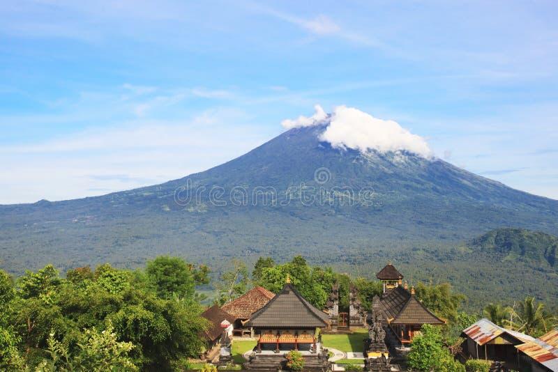Templo de Pura Lempuyang com montagem Agung no fundo em Bali, Indonésia imagem de stock royalty free