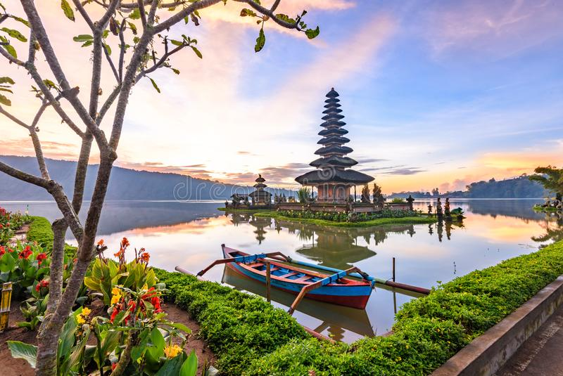 Templo de Pura Ulun Danu Bratan na ilha de bali em Indonésia 5 imagens de stock royalty free