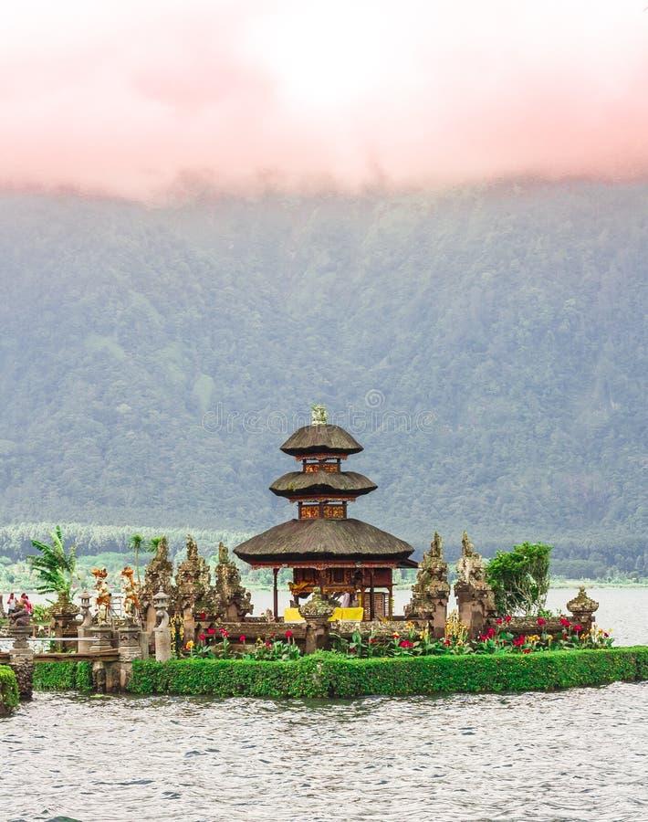 Templo de Pura Ulun Danu em um lago Beratan bali imagem de stock