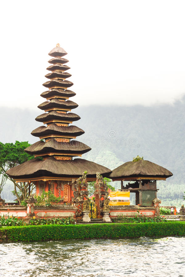 Templo de Pura Ulun Danu em um lago Beratan bali imagens de stock