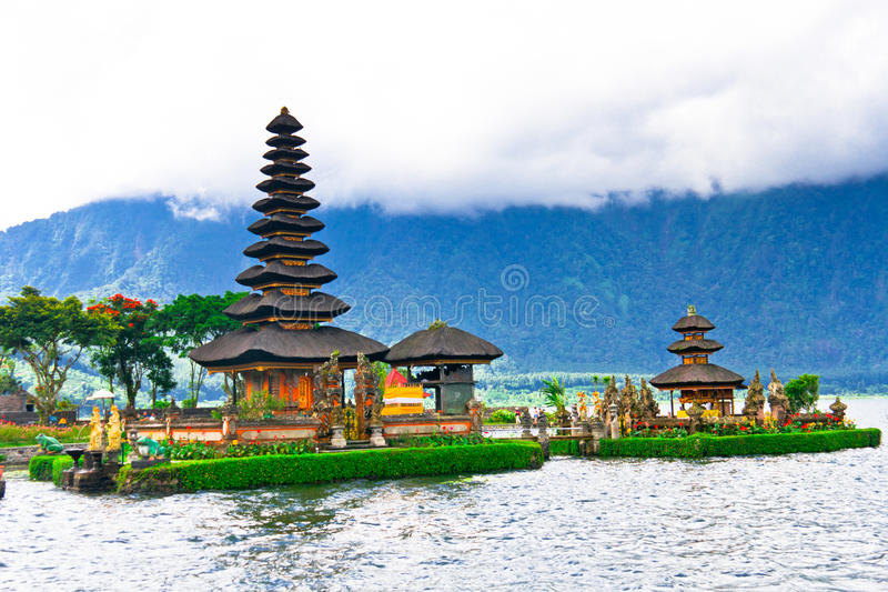 Templo de Pura Ulun Danu em um lago Beratan Bali, Indonésia fotografia de stock royalty free