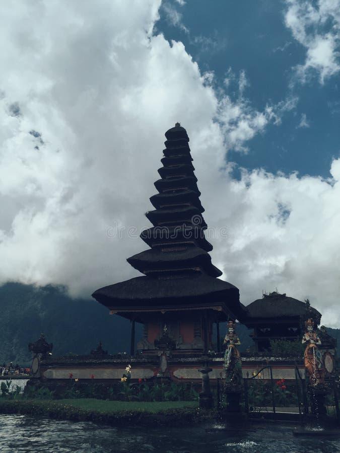 Templo de Pura Ulun Danu Hindu en la ma?ana con puesta del sol en Bali Indonesia foto de archivo libre de regalías