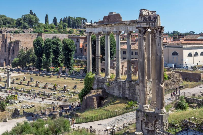 Templo de Saturn en Roman Forum, visión desde la colina de Capitoline en la ciudad de Roma, Italia imagenes de archivo