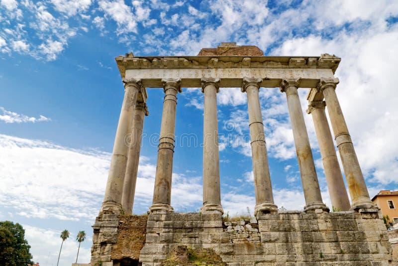 Templo de Saturno no fórum romano em Roma imagens de stock