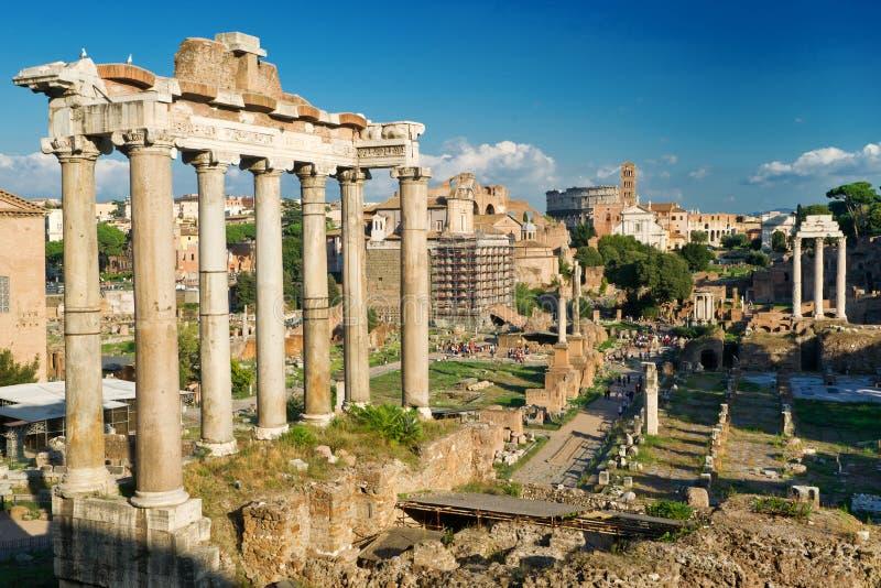 Templo de Saturno. Vista do fórum romano em Roma imagem de stock royalty free