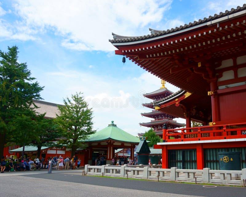 Templo de Sensoji y pagoda de cinco historias en Asakusa Muchos turistas fotografía de archivo libre de regalías