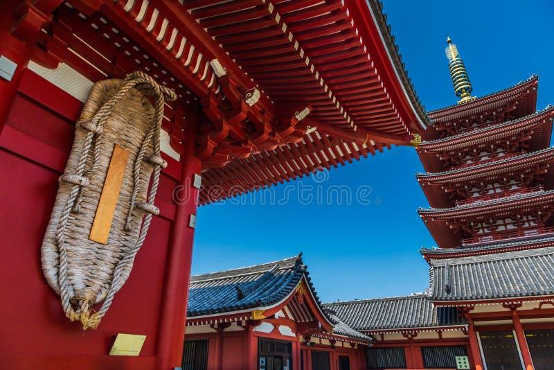 Templo de Sensoji y pagoda de cinco historias en Asakusa, Tokio, Japón fotos de archivo