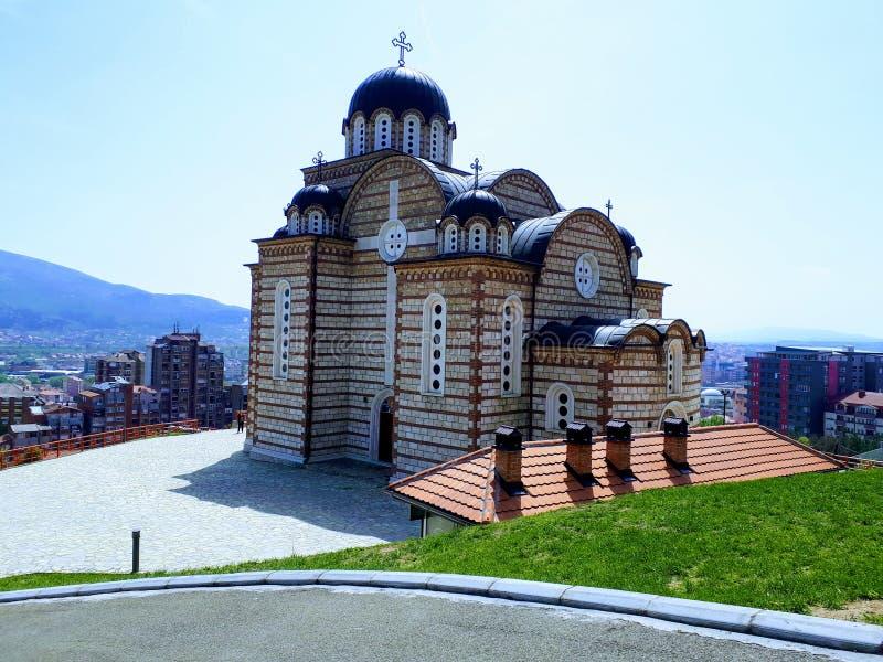 Templo de St Dimitrija em Kosovska Mitrovica, Sérvia, XXI século fotografia de stock royalty free