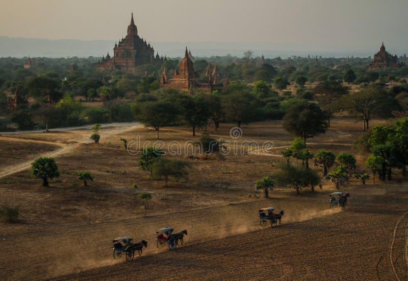 Templo de Sulamani da parte superior do pagode de Pyathatgyi no por do sol, bagan, região de Mandalay, Myanmar imagem de stock