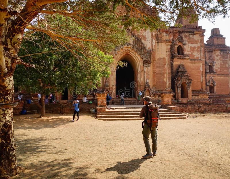 Templo de Sulamani da visita dos povos em Bagan, Myanmar fotografia de stock