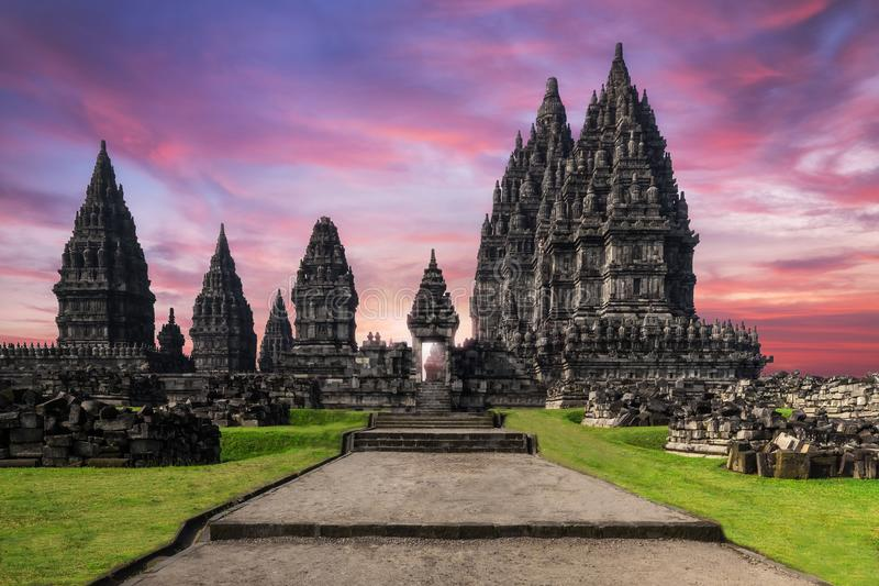 Templo de surpresa de Prambanan contra o céu do nascer do sol indonésia imagens de stock royalty free