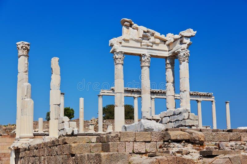 Templo de Trajan na acrópole de Pergamon em Turquia imagem de stock