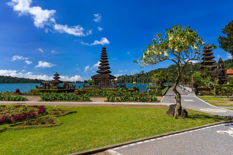 Templo de Ulun Danu - ilha Indonésia de Bali foto de stock