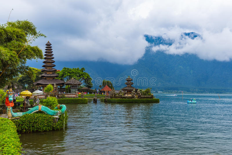 Templo de Ulun Danu - ilha Indonésia de Bali foto de stock royalty free