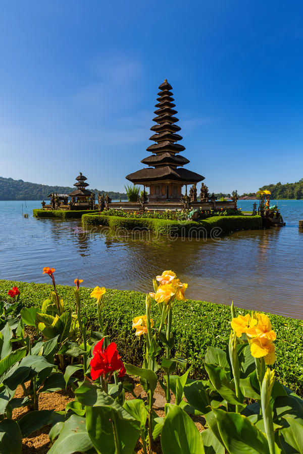 Templo de Ulun Danu - ilha Indonésia de Bali fotos de stock royalty free