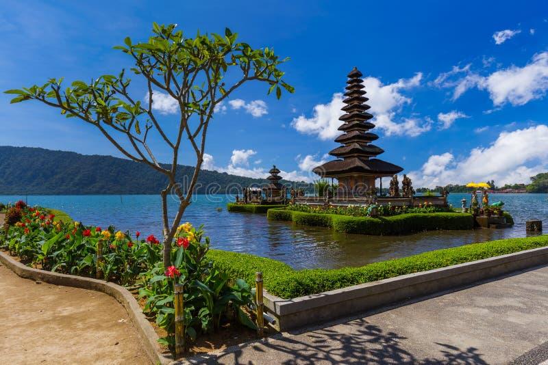 Templo de Ulun Danu - ilha Indonésia de Bali fotografia de stock