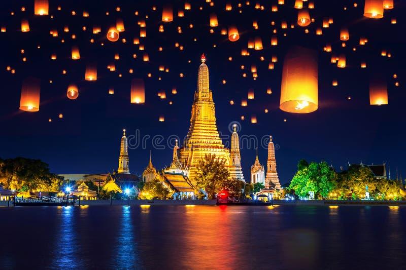 Templo de Wat Arun e lanterna de flutuação em Banguecoque, Tailândia imagem de stock