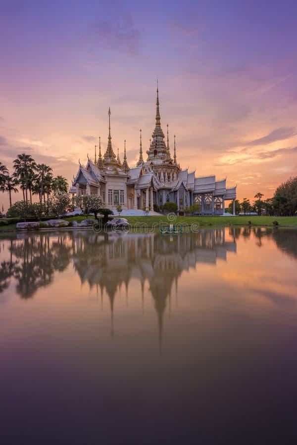 Templo de Wat Luang Pho Toh con la reflexión del agua en el tiempo crepuscular, imagenes de archivo