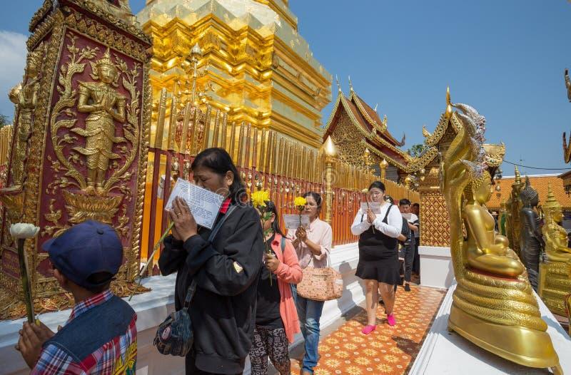 Templo de Wat Phra That Doi Suthep, Chiang Mai, Tailândia Os budistas fiéis rezam no templo imagem de stock