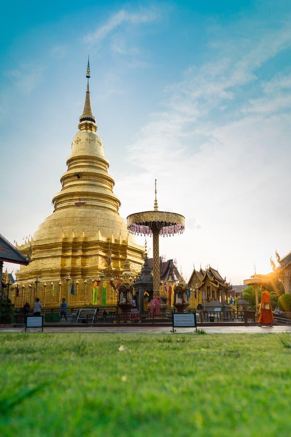 Templo de Wat Phra That Hariphunchai imagens de stock
