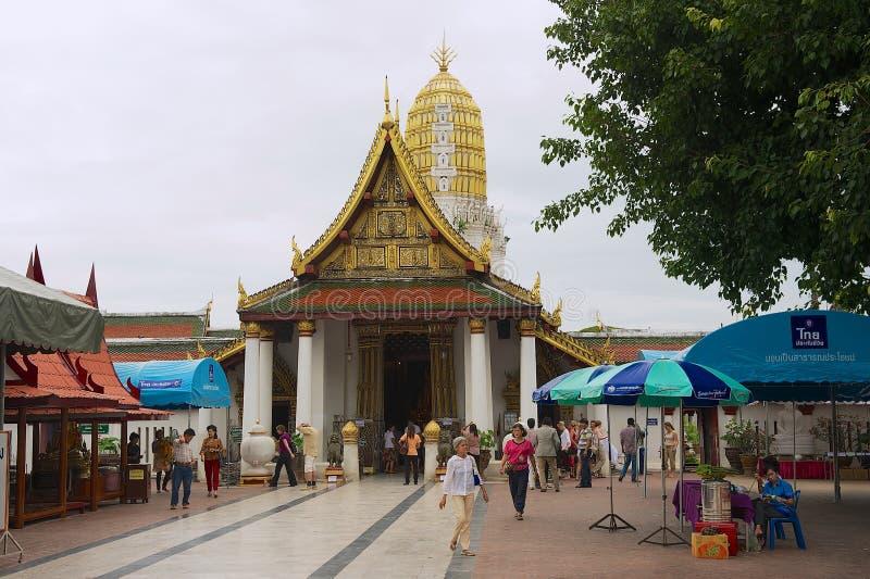 Templo de Wat Phra Sri Rattana Mahathat Woramahawihan da visita dos povos em Phitsanulok, Tailândia fotografia de stock