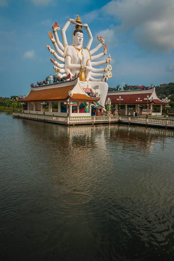 Templo de Wat Plai Laem con la estatua de dios de dieciocho manos fotografía de archivo