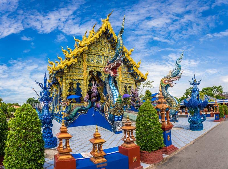 Templo de Wat Rong Sua Ten com fundo do céu azul, Chiang Rai Province, Tailândia, é um destino popular imagem de stock