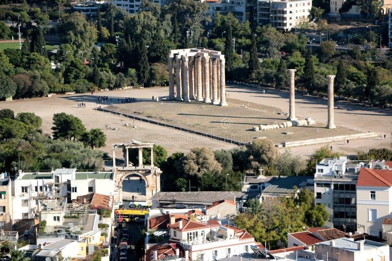 Templo de Zeus Olympieion olímpico según lo visto de la acrópolis, Atenas, Grecia Paisaje urbano de Atenas en fondo imágenes de archivo libres de regalías