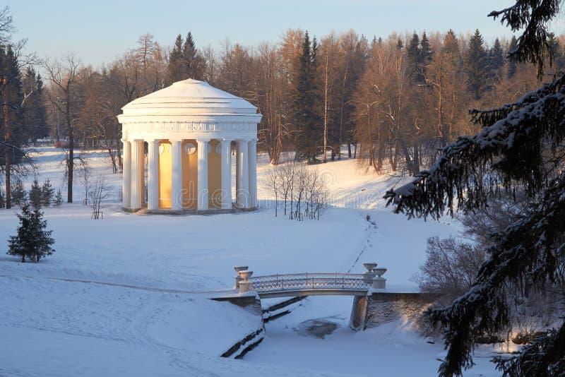 Templo del día soleado Pavlovsk del invierno de la amistad fotos de archivo