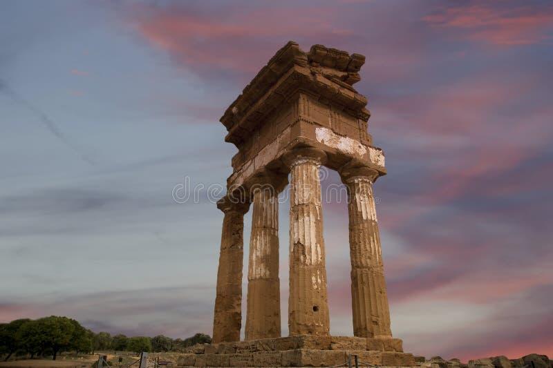 Templo del Dioscuri (siglo de V-VI A.C.), valle de los templos, Agrigento, Sicilia del griego clásico fotos de archivo