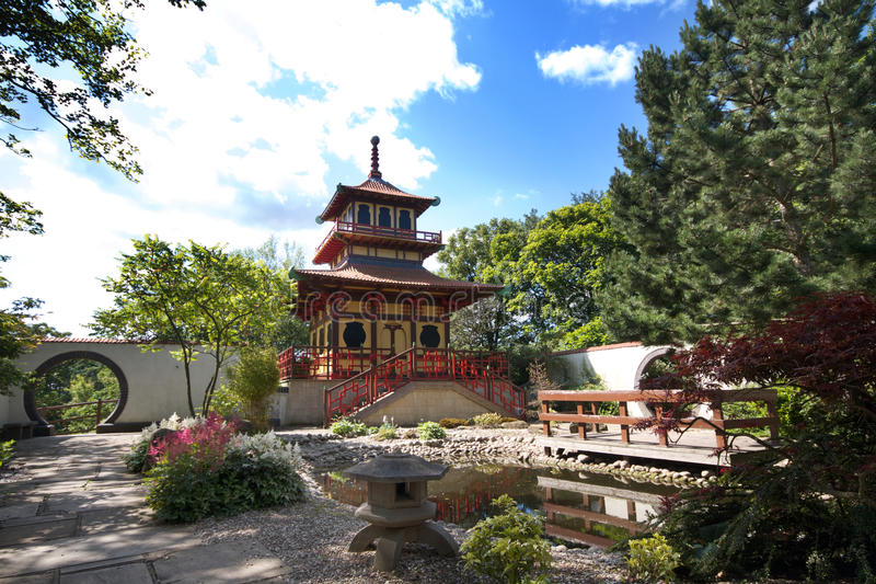 Templo del estilo japonés en parque británico imágenes de archivo libres de regalías
