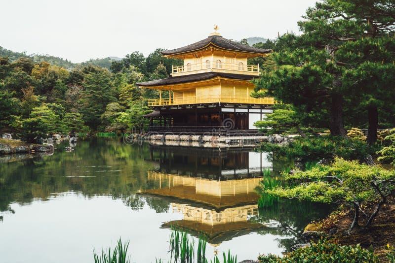 Templo del jardín de los ciervos japoneses que rodea por la charca foto de archivo