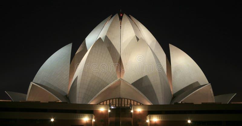 Templo del loto de Bahai en la noche en Delhi imagen de archivo libre de regalías